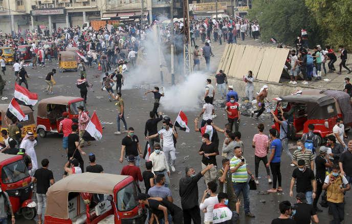 Les forces de sécurité irakiennes tentent de disperser la population avec du gaz lacrymogène à Bagdad, lundi 28 octobre.