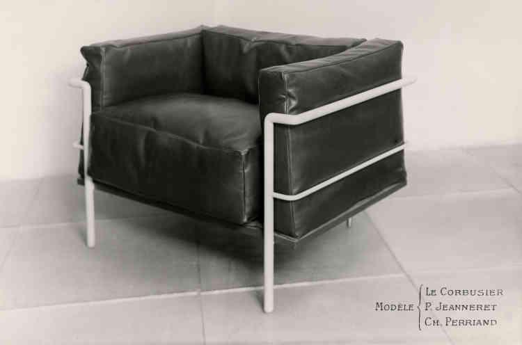 Au cours des années 1920, de nombreux créateurs réinterprètent le fauteuil club anglais. C'est le cas de Charlotte Perriand avec le Fauteuil grand confort. Il a la particularité d'introduire des coussins séparés de la structure, contrairement aux fauteuils tapissés de l'époque. Sa hauteur est basse pour libérer, s'insérer dans l'espace et perturber l'œil le moins possible. Il est utilisé depuis quatre-vingt-dix ans dans beaucoup d'intérieurs privés ou professionnels : c'est également une icône de la modernité.