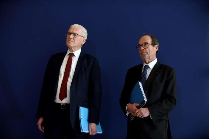 Le PDG d'EDF, Jean-Bernard Lévy (à gauche), et Jean-Martin Folz lors de la présentation, à Bercy, lundi 28 octobre, de son rapport sur l'EPR de Flamanville (Manche).