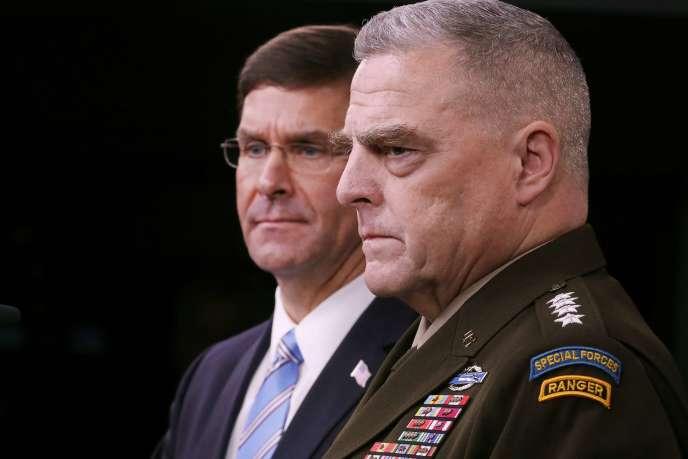 Le secrétaire américain à la défense Mark Esper (à gauche) et le chef d'état-major de l'armée, le général Mark Milley, lors d'une conférence de presse au Pentagone, le 28 octobre.