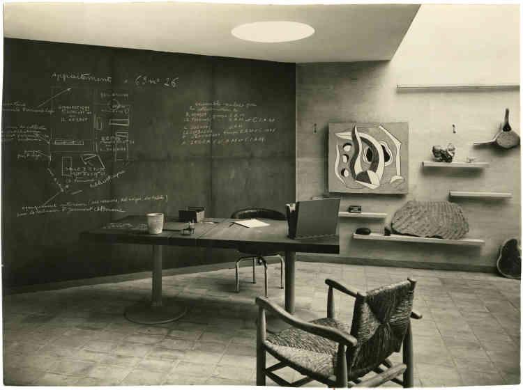 En 1935, Maurice Dufrêne, le mentor de Charlotte Perriand lorsqu'elle était à l'école, lui propose, ainsi qu'à René Herbst et Louis Sognot, de réaliser La Maison du jeune homme, un appartement idéal pour un jeune homme moderne, sur le thème de l'étude et du sport. Elle entraîne Fernand Léger, Le Corbusier et Pierre Jeanneret dans l'aventure pour réaliser un projet dans un esprit de synthèse des arts, réunissant dans un même espace : architecture, mobilier, objets utiles, peinture, photographie et sculpture. L'espace est symboliquement scindé en deux « zones », dans une synthèse du corps et de l'esprit pour un jeune homme sportif et cultivé. Contrairement à l'esprit de l'exposition universelle où triomphe l'art officiel, Charlotte Perriand effectue une critique radicale du présent et porte une revendication politique: l'art pour tous, l'art par tous. C'est une remise en cause des valeurs académiques et de la valeur marchande de l'art, mais aussi des diktats du musée qui rejette encore les peintres modernes.