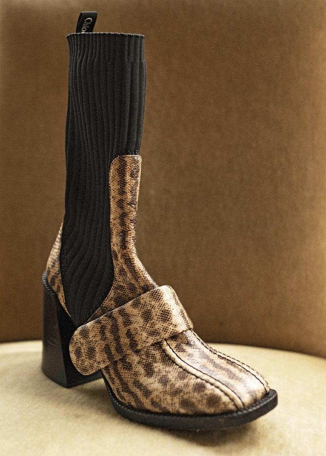 Bottines Bea en cuir imprimé serpent et maille, Chloé, 1 095€. Stylisme: Laëtitia Leporcq.