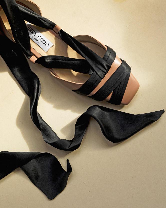 Ballerines Lourella Flat en cuir nappa et ruban de satin, Jimmy Choo, 750€. Stylisme : Laëtitia Leporcq