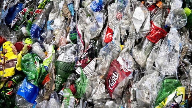Des bouteilles en plastique écrasées déposées dans une benne après le tri effectué à l'usine Mid-America Recycling, située à Lincoln, aux Etats-Unis.