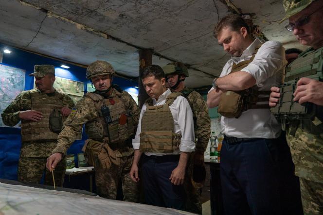 Le président ukrainien Volodymyr Zelensky examine une carte en compagnie d'officiers, le 14 octobre dans la région de Donetsk.