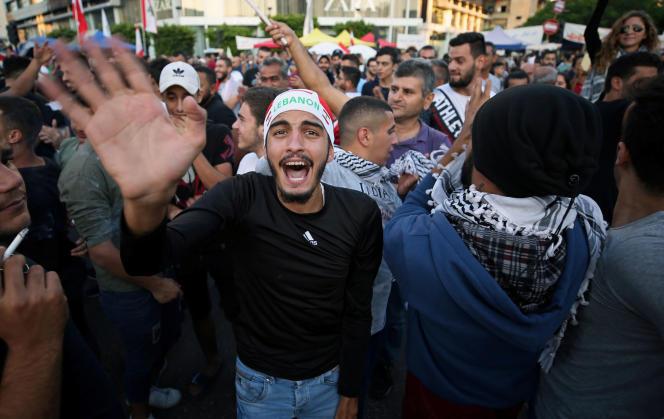 Un manifestant fête l'annonce de Saad Hariri, à Sidon, le 29 octobre.