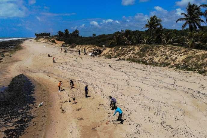 Một sự cố tràn dầu trên bãi biển Pocas ở Conde, bang Bahia, Brazil, vào ngày 27/10.