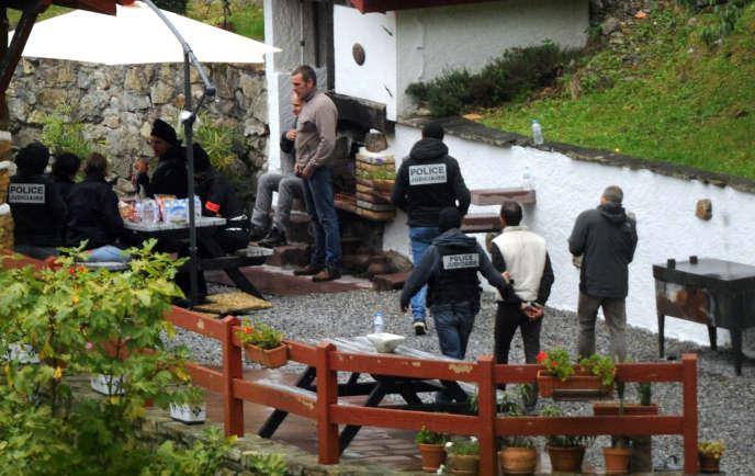 La police française arrête le 22 septembre 2015 des membres présumés de l'ETA dans un gîte rural à la sortie de Saint-Etienne-de-Baïgorry (Pyrénées-Atlantiques), dont ses deux dirigeants, Iratxe Sorzabal et David Pla.