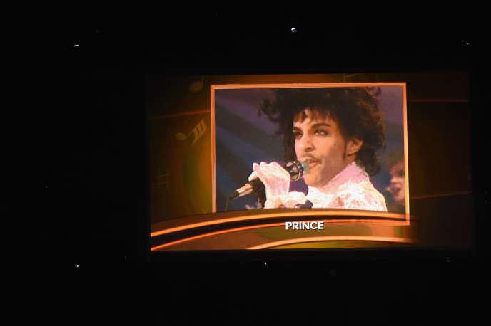 Hommage à Prince, lors de la 59e cérémonie des Grammy Awards au Staples Center de Los Angeles (Californie), le 12 février 2017.