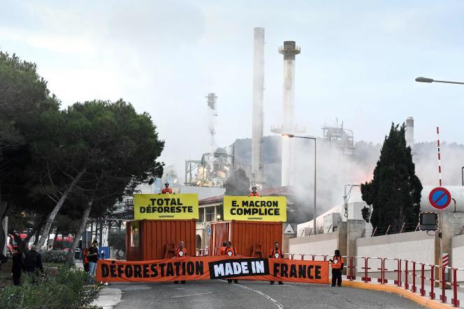 Des militants de Greenpeace bloquent une raffinerie de biocarburants Total qui utilise de l'huile de palme, à La Mède (Bouches-du-Rhône), le 29 octobre.