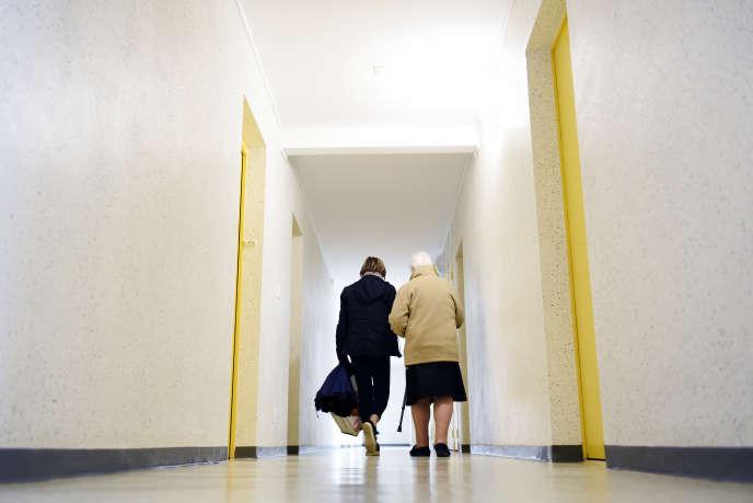 Marie Tassus, aide à domicile à Vimoutier (Orne), accompagne Jeannine Racine, le 28 octobre.
