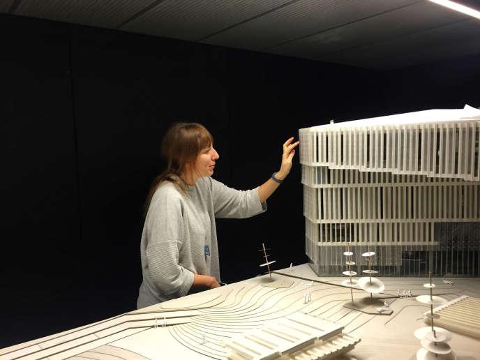 Katie Paterson devant la maquette de la«bibliothèque du futur».