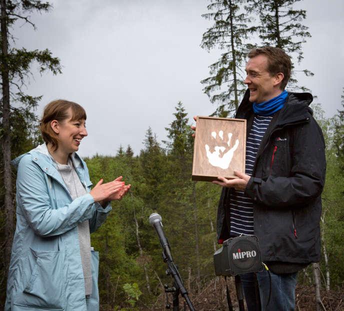 L'écrivain David Mitchell remet son manuscrit à Katie Paterson, le 28mai 2016, dans la forêt de Nordmarka, au nord d'Oslo.