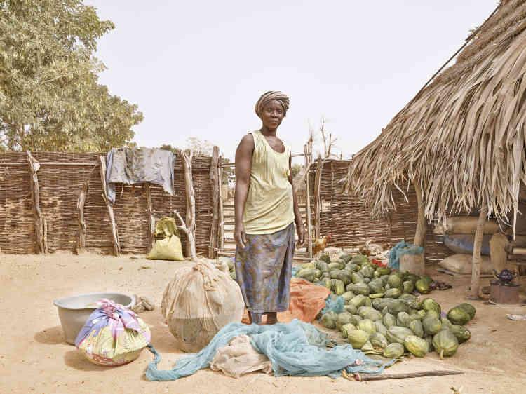 «Juliette prépare la récolte afin de la vendre au marché. Les femmes de la région ont un rôle important dans la société, travaillant aussi bien à la maison et aux champs. »
