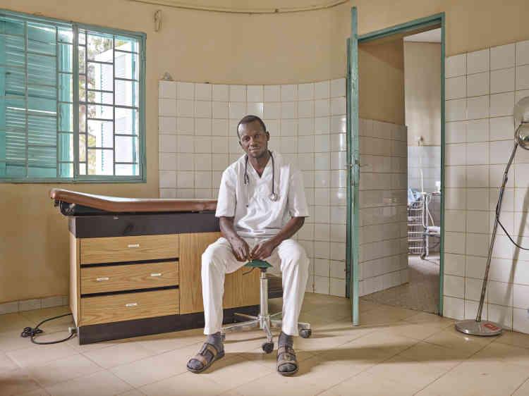«Magueye dirige la clinique du village, située à côté de Thread, la résidence d'artistes créée par la Josef and Anni Albers Foundation à Sinthian, petit village à deux heures de route de Tambacounda.»