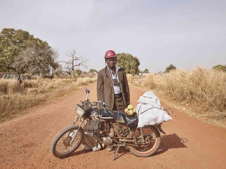 «Simon parcourt la région en moto, de village en village, pour vendre ses fruits. Il est également photographe et lorsqu'il arrive dans un village, les enfants accourent auprès de lui pour entendre ses histoires et recevoir des nouvelles d'autres villageois. »