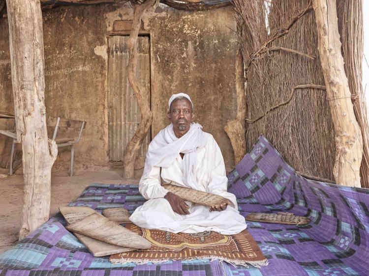 «Ce marabout est considéré comme un saint car il a six doigts à la main gauche. Il enseigne le Coran aux enfants. »