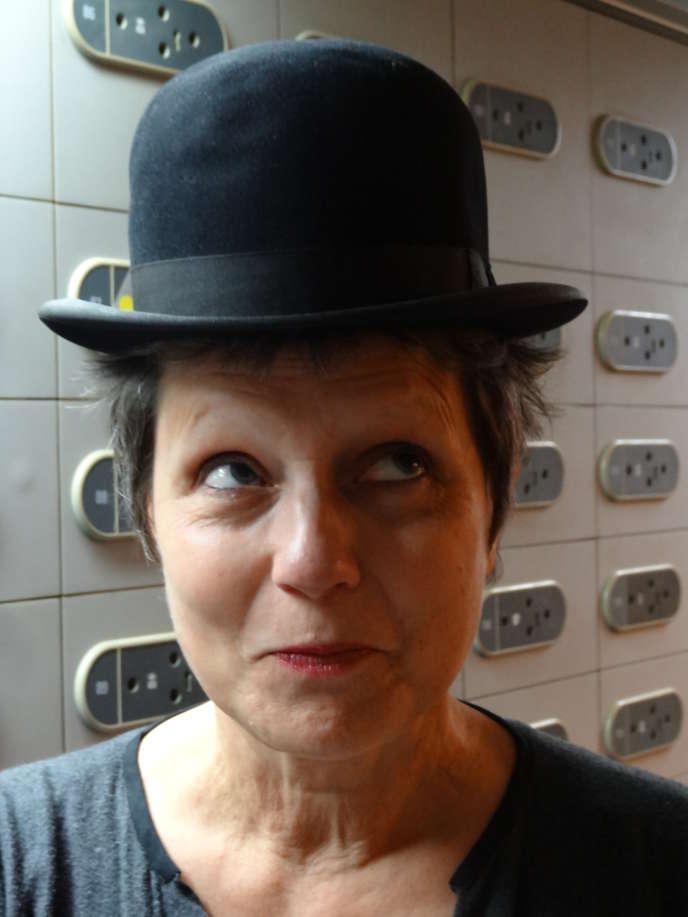 Kate Guyonvarch portant le chapeau de Chaplin, en 2016 à Paris.
