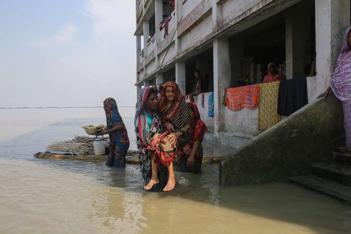 Inondation record après la mousson, dans le nord du Bangladesh, le 19 juillet. Le fleuveBrahmapoutre n'avait pas été aussi haut depuis 40 ans.