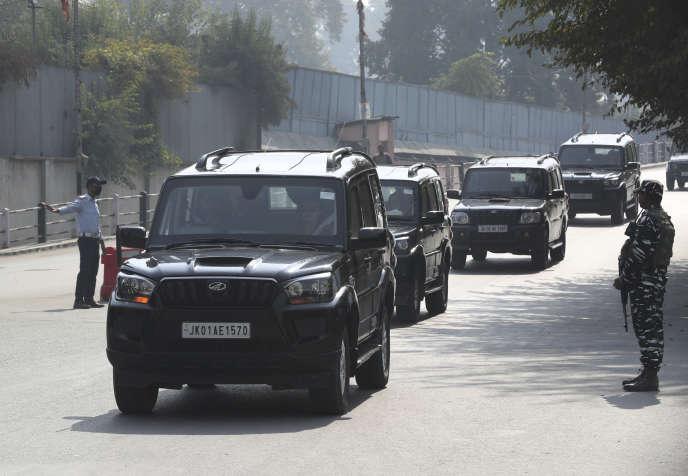 Un convoi de 27 députés européens venant pour la plupart des bancs de l'extrême droite en visite au Cachemire (Inde), le 29 octobre.