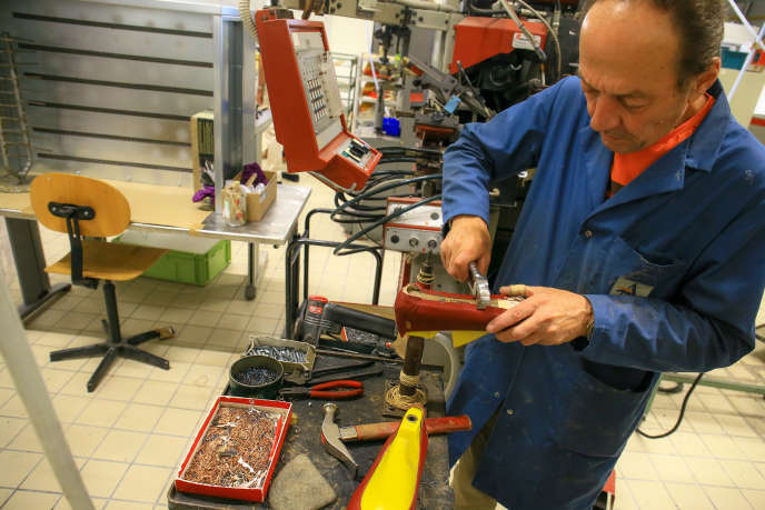 Dans l'atelier de production de la nouvelle Cité de la chaussure de Romans-sur-Isère (Drôme), en juin.