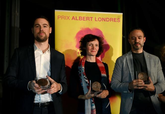 De gauche à droite : Benoît Vitkine, Marlène Rabaud et Feurat Alani, lauréats du 81e prix Albert-Londres qui leur a été remis à Paris, le 29 octobre.