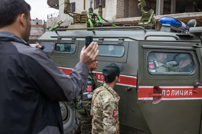 Patrouille de la police militaire russe accompagnée par les forces de sécurité intérieure kurdes, à Derbassiyé (Syrie), le 29 octobre.