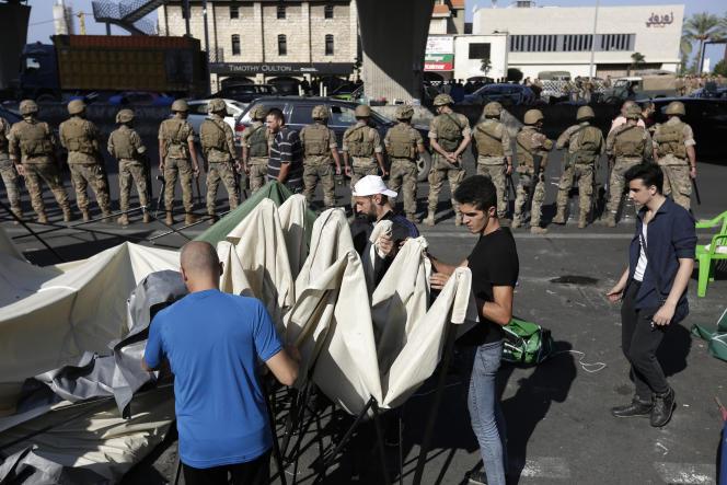 L'annonce du départ de M. Hariri s'est traduite par des signes de détente dans les rues, avec la levée de la plupart des barrages installés par les protestataires. Ici près de Beyrouth, le 30 novembre.