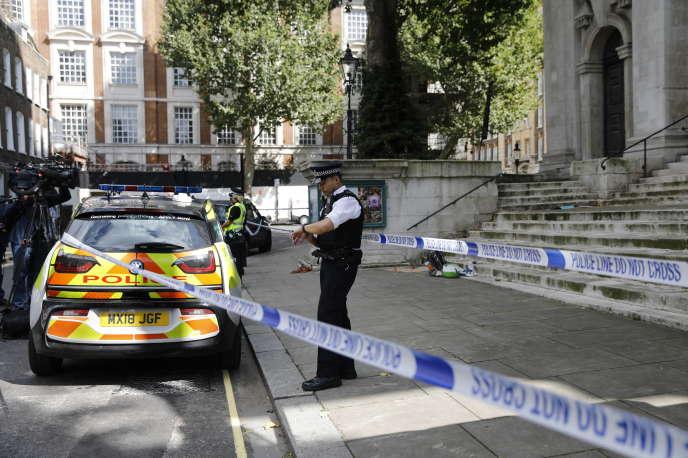 La police sécurise le secteur après une attaque au couteau près de Smith Square dans le quartier de Westminster à Londres, le 15 août.