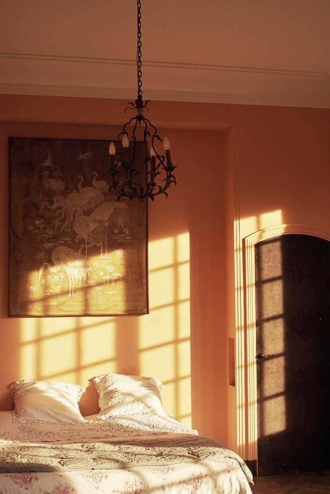 Une tapisserie ensoie brodée du XIXesiècle, dans la« chambre de madame ».