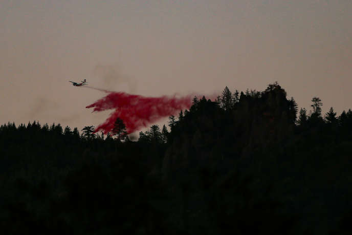 Un avion bombardier d'eau, près de Calistoga (Californie), le 29 octobre.
