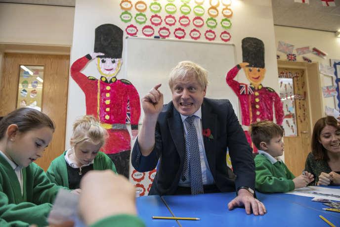 Boris Johnson, dans une école primaire de Bury St Edmunds (Royaume-Uni), le 31 octobre.