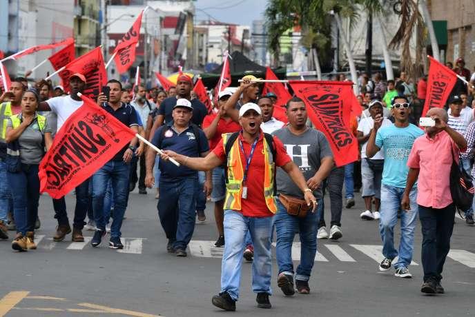 Des travailleurs protestent contre le projet de réforme constitutionnelle, à Panama, jeudi 31 octobre.
