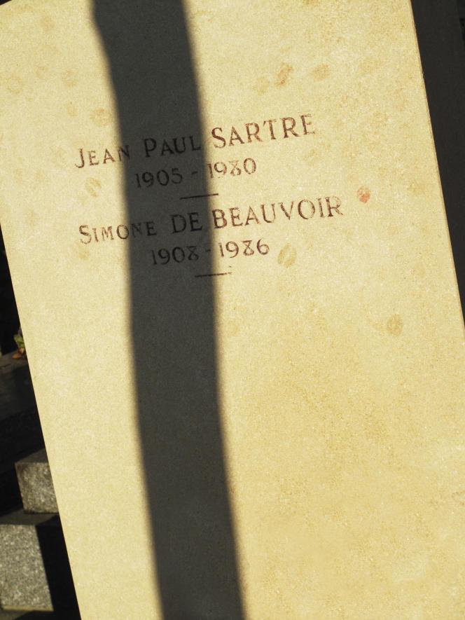 Sur la tombe de Simone de Beauvoir et Jean-Paul Sartre, au cimetière du Montparnasse, Paris14e.