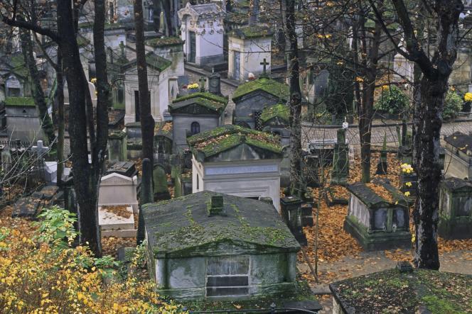 « Le cimetière sera de moins en moins le lieu du travail de deuil individuel auquel il s'était destiné depuis la fin du XIXe siècle» (cimetière du Père-Lachaise, à Paris).