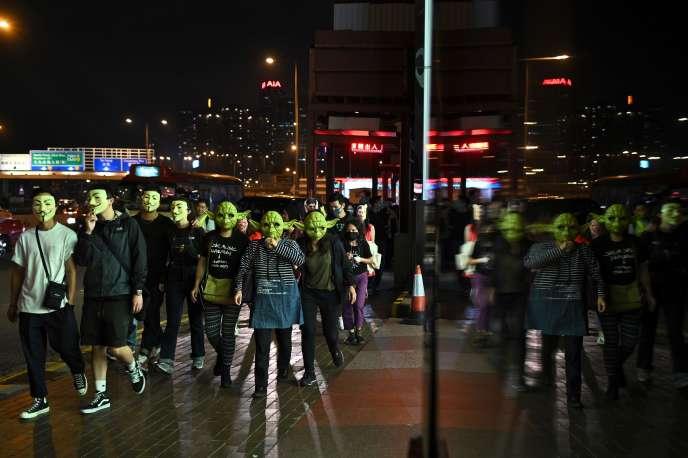 Des manifestants portent des masques de Guy Fawkes et de Yoda, personnage de «Star Wars», à Hongkong, le 31octobre.