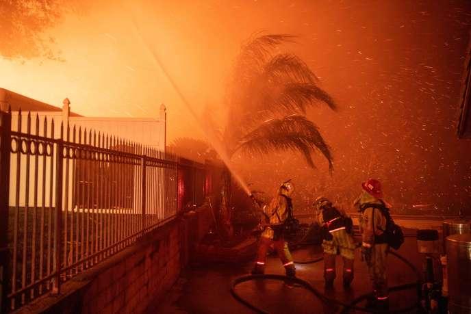 Des pompiers combattent l'incendie de Hillside, dans le quartier North Park de San Bernardino, en Californie, le 31 octobre 2019.