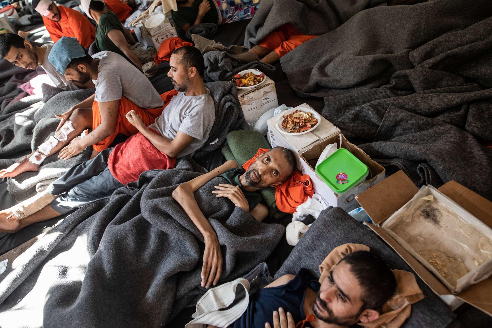 Une prison abrite des supposés membres de Daesh. Cette immense pièce surpeuplée sert d'hopital. Les blessés et les malades vivent ici. Les plus chanceux dorment dans un lit. D'autres sur un matelas en mousse à même le sol. Beaucoup de patients souffrent aussi de malnutrition en plus de maladie.Le 30 octobre 2019, Nord Est de la Syrie.