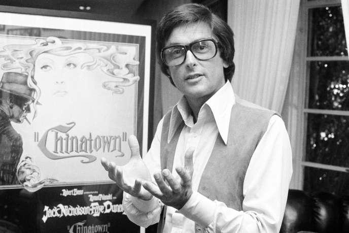 Le producteur de cinéma Robert Evans dans son bureau de Beverly Hills (Californie), en 1974.