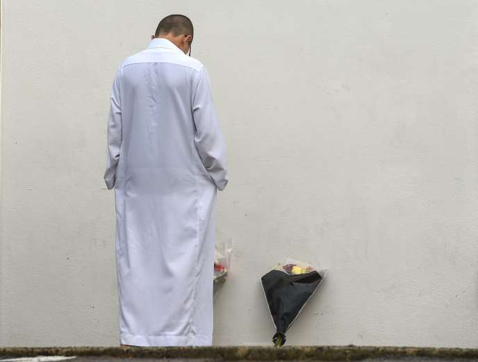 Un homme se recueuille devantla mosquée de Bayonne, vendredi1ernovembre, quelques jours après l'attaque qui a fait deux blessés graves.