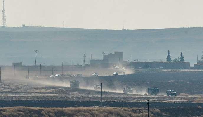 Les soldats, à bord d'une dizaine de véhicules militaires turcs et russes, se sont dirigés vers l'est de Derbassiyé pour patrouiller dans une bande de territoire longue de plusieurs dizaines de kilomètres, selon des sources militaires turques et russes.