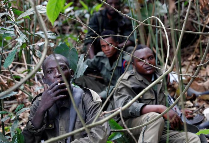 Des soldats congolais se reposent après avoir pris le contrôle d'un camp des Forces démocratiques alliées (ADF) près de Kimbau, en RDC, le 19février 2018.