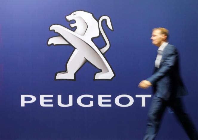 Le logo Peugeot au salon de l'automobile de Zurich, en Suisse, le 31 octobre 2019.