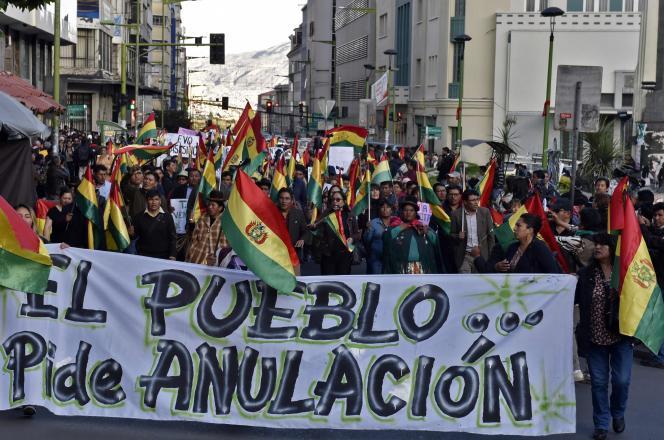 « Le peuple demande l'annulation» des élections du 20 octobre, est-il écrit sur cette banderole, brandie lors d'une manifestation à La Paz,jeudi 31 octobre.