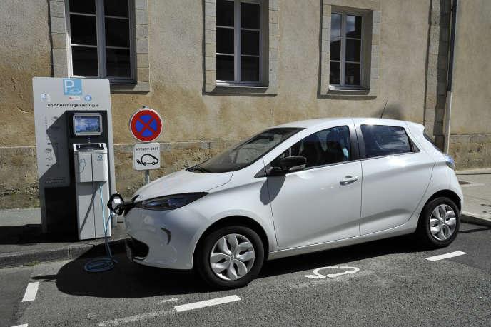 Une Renault Zoe en charge sur une place de parking extérieur à La Roche-sur-Yon.