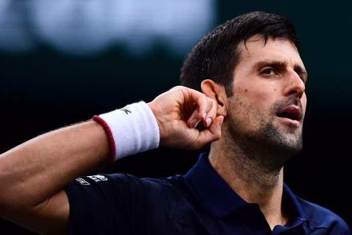 Après le gain du premier set face à Grigor Dimitrov en demi-finale de Bercy, samedi2novembre, Novak Djokovic défia le public, main tendue derrière l'oreille, façon de dire : « C'est qui le patron ? »