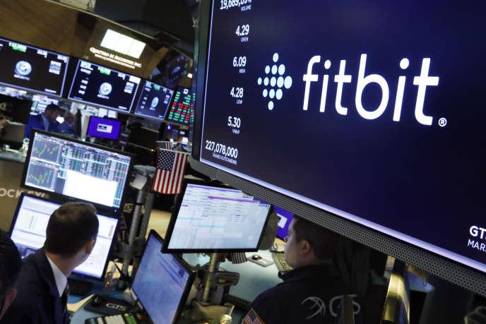 Le logo de Fitbit apparaît sur des écrans du New York Stock Exchange, le 28 octobre.