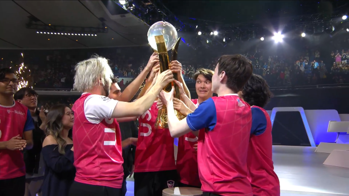 Les joueurs américains soulèvent la coupe après leur victoire contre la Chine.