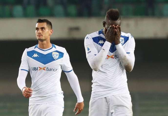 Le joueur de Brescia Mario Balotelli (à droite), lors du match de Serie A contre l'Hellas Vérone, au stade Bentegodi, le dimanche 3 novembre, pendant lequel les supporteurs de Vérone ont chanté des chants racistes.