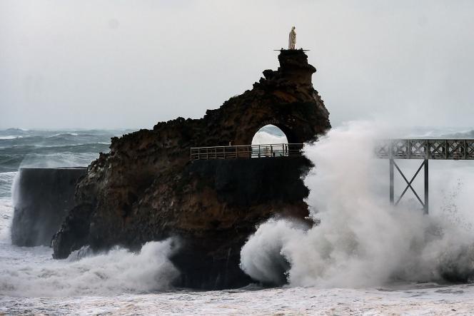 De puissantes vagues se brisent sur lerocher de La Vierge à Biarritz, durant la tempête Amélie, dimanche 3 novembre.